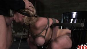Geile Studentin give someone a thrashing 10-Pounder sucking